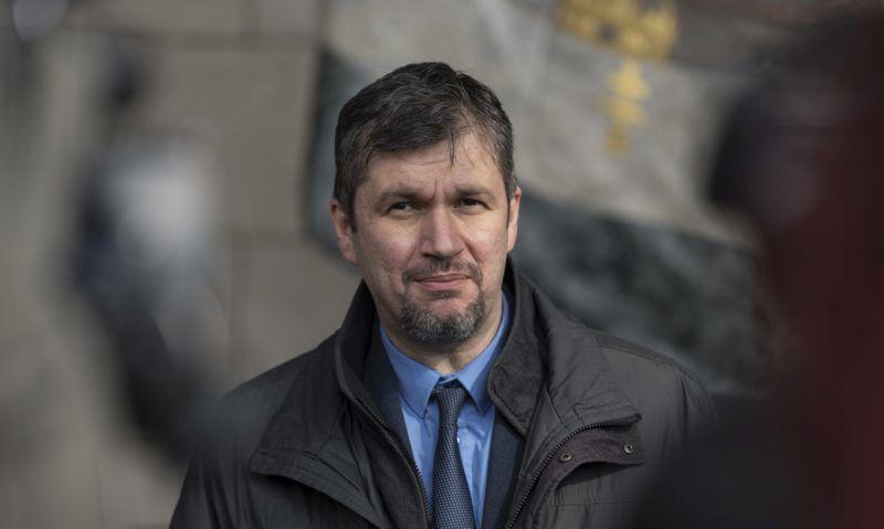 Budapest, 2018. március 20. Hadházy Ákos, az LMP társelnöke az ellenzéki tárgyalásokról tartott sajtótájékoztatón a Képviselõi Irodaház elõtt 2018. március 20-án. MTI Fotó: Szigetváry Zsolt
