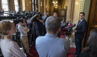 Budapest, 2018. április 25. Gulyás Gergely, a Fidesz alelnöke és delegációjának vezetõje nyilatkozik a sajtó képviselõinek az Országgyûlés alakuló ülését elõkészítõ tárgyalás után az Országházban 2018. április 25-én. MTI Fotó: Szigetváry Zsolt