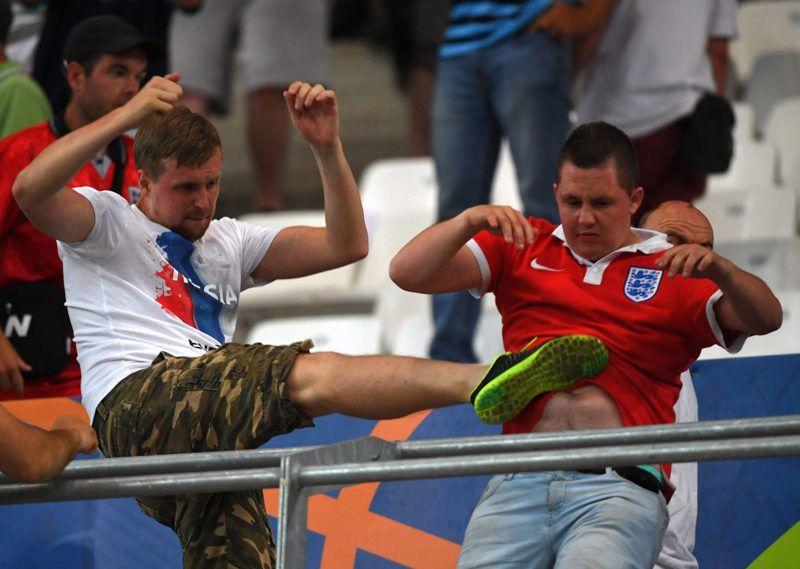 Marseille, 2016. június 11.Orosz (b) és angol szurkoló csap össze a lelátón a franciaországi labdarúgó Európa-bajnokság B csoportjának első fordulójában játszott Anglia-Oroszország mérkőzésen a marseille-i Velodrome Stadionban 2016. június 11-én. (MTI/EPA/Peter Powell)