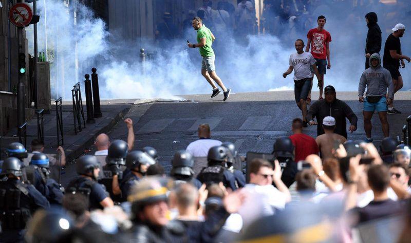 Marseille, 2016. június 11.Randalírozó orosz szurkolók angol szurkolókkal csapnak össze francia rohamrendőrök által bevetett könnygáz füstjében a franciaországi labdarúgó Európa-bajnokság Anglia - Oroszország mérkőzése előtt Marseille-ben 2016. június 11-én.(MTI/EPA/Daniel Dal Zennaro)