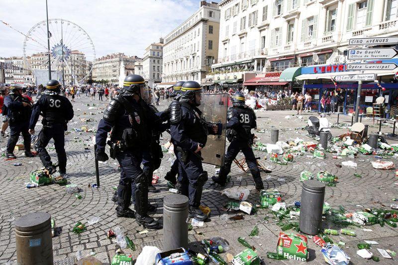 Marseille, 2016. június 11.Francia rohamrendőrök angol és orosz szurkolók összecsapása alatt a 2016-os franciaországi labdarúgó Európa-bajnokság B csoportja első fordulójának Anglia - Oroszország mérkőzése előtt Marseille-ban 2016. június 11-én, az Eb második napján. (MTI/EPA/Guillaume Horcajuelo)