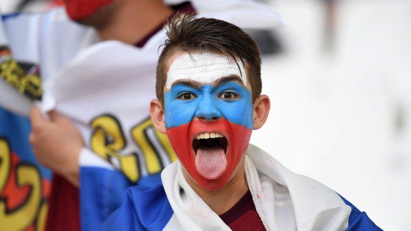 Marseille, 2016. június 11.Orosz szurkoló, mielőtt megkezdődik az Anglia-Oroszország mérkőzés a franciaországi labdarúgó Európa-bajnokság B csoportjának első fordulójában a marseille-i Velodrome Stadionban 2016. június 11-én. (MTI/EPA/Peter Powell)