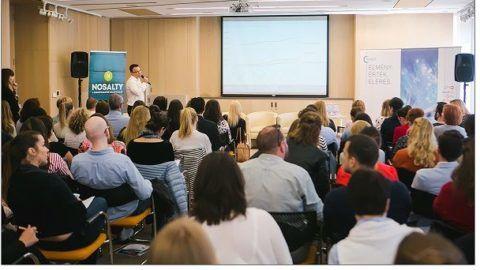 Szabó György SEO szakembert hallgatják a Gaszto Trendek konferencia résztvevői
