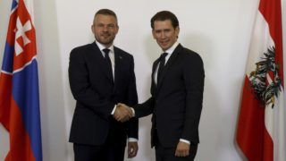 Bécs, 2018. május 7. Peter Pellegrini szlovák miniszterelnököt (b) fogadja Sebastian Kurz osztrák kancellár a bécsi kancellári hivatalban 2018. május 7-én. (MTI/AP/Ronald Zak)