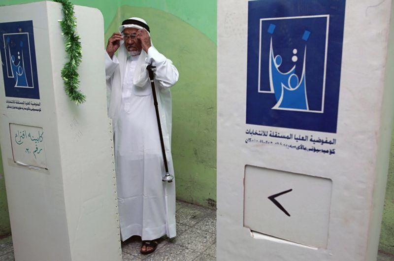 Bászra, 2018. május 12. Férfi voksol egy bászrai szavazóhelyiségben az iraki parlamenti választások napján, 2018. május 12-én. (MTI/AP/Nabil al-Dzsurani)