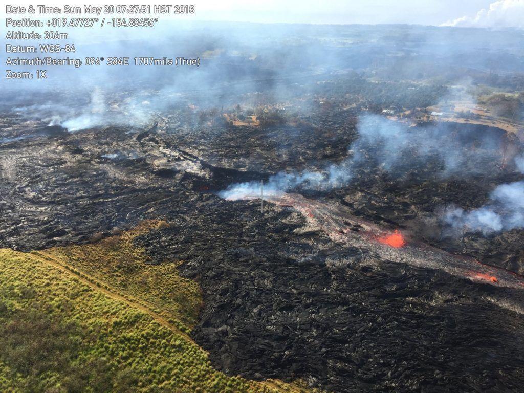 Pahoa, 2018. május 21. Az amerikai földtani intézet (USGS) által közreadott képen a Kilauea tûzhányó lávafolyama perzseli fel a növényzetet a hawaii Nagy-szigeten fekvõ Pahoa város környékén 2018. május 20-án. A világ egyik legaktívabb tûzhányójának számító Kilauea vulkáni tevékenysége május 3. óta tart. A környékén kötelezõ kitelepítés van érvényben, a lávafolyam eddig 44 házat pusztított el. Jelenleg tilos az óceánban való fürdõzés a térségben, mert a láva és az óceánvíz találkozásakor veszélyes sósav keletkezhet, a vulkán pedig egyre nagyobb mértékben lövell ki szintén mérgezõ kén-dioxidot. (MTI/AP/USGS)