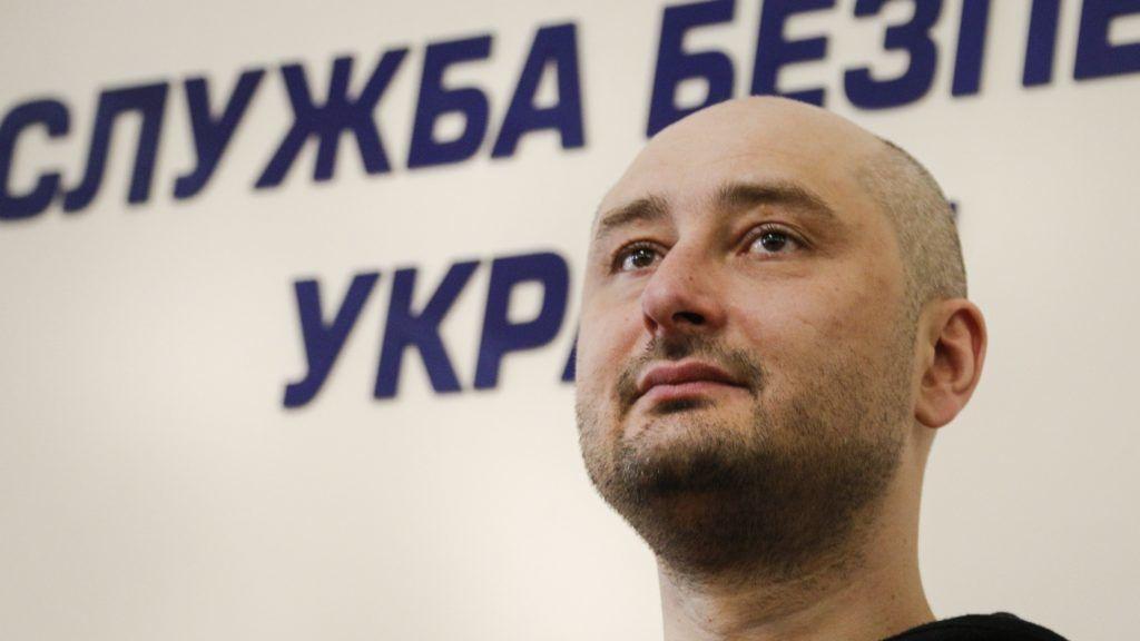 Kijev, 2018. május 30. Arkagyij Babcsenko orosz újságíró az állítólagos meggyilkolásának ügyében az Ukrán Biztonsági Szolgálatnál tartott kijevi sajtótájékoztatón 2018. május 30-án, miután elterjedt a hír, hogy Kijevben merénylet áldozatául esett. A szolgálat vezetõje közölte, hogy a gyilkosság színlelt volt, egy titkosszolgálati akció, amellyel egy állítólag tervezett valódi merénylet tetteseit próbálták leleplezni. (MTI/AP/Efrem Lukackij)