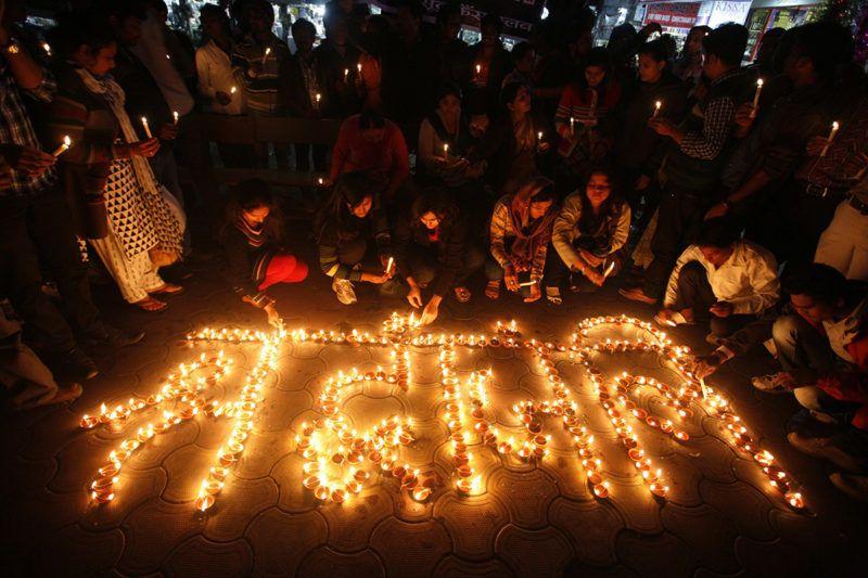 Bhopal, 2012. december 29.Tüntetők gyertyákkal emlékeznek a csoportos nemi erőszak áldozatául esett indiai diáklányra Bhopalban 2012. december 29-én, miután a lány ezen a napon belehalt sérüléseibe egy szingapúri kórházban. A 23 éves orvostanhallgató lányt december 16-án egy hatfős banda egy újdelhi buszon megerőszakolta, majd összeverte őt és a kísérőjét is. (MTI/EPA/Szandzsív Gupta)