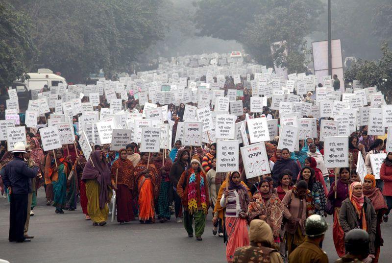 Újdelhi, 2013. január 2.Indiai nők és férfiak vonulnak transzparensekkel Újdelhiben tiltakozásul egy fiatal lány csoportos megerőszakolása miatt 2013. január 2-án. A 23 éves orvostanhallgatót december 16-án egy hatfős banda egy buszon megerőszakolta, majd összeverte őt és a kísérőjét is. A diáklány 2012. december 29-én belehalt sérüléseibe egy szingapúri kórházban. (MTI/EPA/Anindito Muherdzsí)