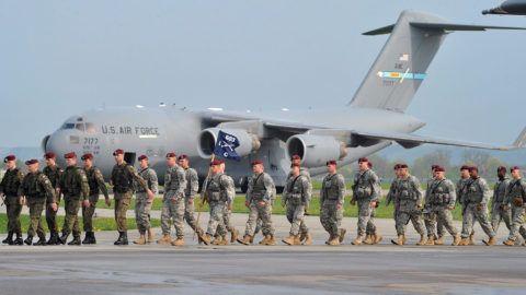 Swidwin, 2014. április 23.Amerikai légi deszantosok érkeznek a lengyelországi Swidwin légi támaszpontjára 2014. április 23-án, hogy az ottani egységekkel több hetes hadgyakorlatot tartsanak. Balról lengyel katonák menetelnek. Az amerikai ejtőernyősöket a fogadó ország kérésére küldték Lengyelországba, hogy növeljék a biztonságot a szomszédos Ukrajna és Oroszország közötti konfliktusra tekintettel. (MTI/EPA/Marcin Bielecki)