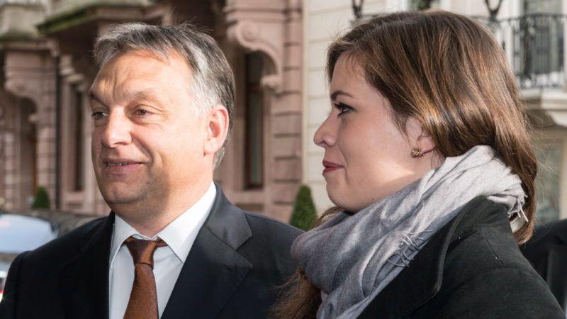 Baden-baden, 2014. november 21. Orbán Viktor miniszterelnök lányával, Sárával megérkezik a Családi Vállalkozásokért Alapítvány (Stiftung Familienunternehmen) rendezvényre a németországi Baden-Badenben 2014. november 21-én. (MTI/EPA/Patrick Seeger)