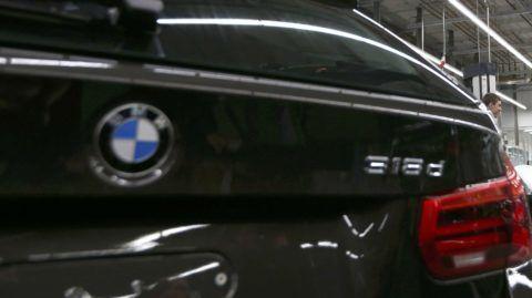 München, 2016. január 7. David Cameron brit kormányfõ (b) kezet fog egy alkalmazottal a német jármûgyártó müncheni gyárában 2016. január 7-én. Középen Harald Krüger, a BMW vezérigazgatója, jobbról Ian Robertson, a BMW értékesítési és marketing igazgatója. (MTI/EPA pool/Michaela Rehle)