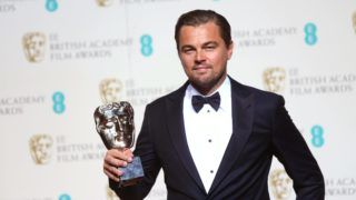 London, 2016. február 14. Leonardo DiCaprio amerikai színész a legjobb férfi fõszereplõnek járó elismeréssel, amelyet A visszatérõ (The Revenant) címû filmdrámában nyújtott alakításáért vett át a Brit Film- és Televíziós Mûvészeti Akadémia (BAFTA) díjkiosztóján a londoni Királyi Operaházban 2016. február 14-én. (MTI/EPA/Andy Rain)   *** Local Caption *** 51788314