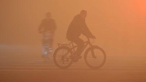 Fujang, 2017. január 3. Sûrû ködben közlekedõ kerékpáros az északnyugat-kínai Fujang belvárosában 2017. január 3-án. Több kínai tartományban és a fõvárosban napok óta súlyos a levegõ szennyezettsége, amelyet a sûrû köd csak súlyosbít. (MTI/EPA/Ming An)