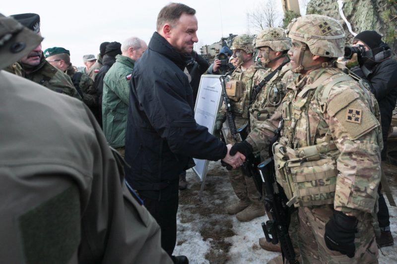 Zagan, 2017. január 30. Andrzej Duda lengyel államfõ (k) amerikai katonákat üdvözöl az amerikai-lengyel közös hadgyakorlat ünnepélyes megnyitóján a nyugat-lengyelországi Zaganban 2017. január 30-án. (MTI/EPA/Lech Muszynski)