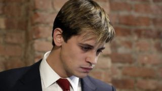 """New York, 2017. február 22. Milo Yiannopoulos, a jobboldali Breitbart News hírportál szerkesztõje sajtótájékoztatót tart New Yorkban 2017. február 21-én, ahol bejelentette lemondását. A megszólalásaival vitákat kavaró és beszédeivel tüntetéseket provokáló Yiannopoulos a legutóbbi videójában elhangzottak miatt kényszerült lemondásra, amelyben többek közt azt fejtegette, hogy a pedofíliát, mint bûncselekményt """"el kellene felejteni"""", és a felnõtt férfiak és a kiskorú fiúgyermekek közötti homoszexuális viszony mellett érvelt. (MTI/EPA/Jason Szenes)"""