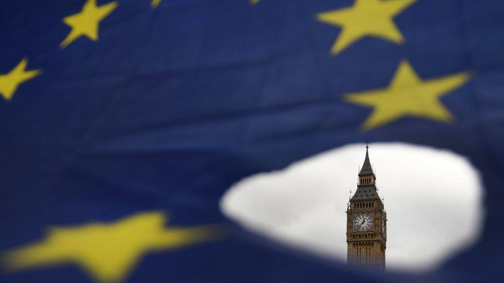 London, 2017. március 29. Uniópárti tüntetõk egy európai uniós zászlóval tiltakoznak az Európai Unióból való kilépés ellen a brit parlament épülete elõtt Londonban 2017. március 29-én. Ezen a napon a brit kormány megküldte az értesítést a Lisszaboni Szerzõdés 50. cikkelyének aktiválásáról, hivatalosan elindítva az Egyesült Királyság uniós tagságának megszûnéséhez vezetõ folyamatot. (MTI/EPA/Andy Rain)
