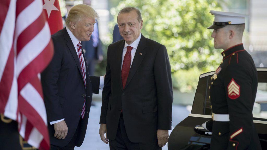 Washington, 2017. május 16. Donald Trump amerikai elnök (b) fogadja Recep Tayyip Erdogan török elnököt a washingtoni Fehér Ház nyugati szárnyának bejáratánál 2017. május 16-án. (MTI/EPA/Shawn Thew)