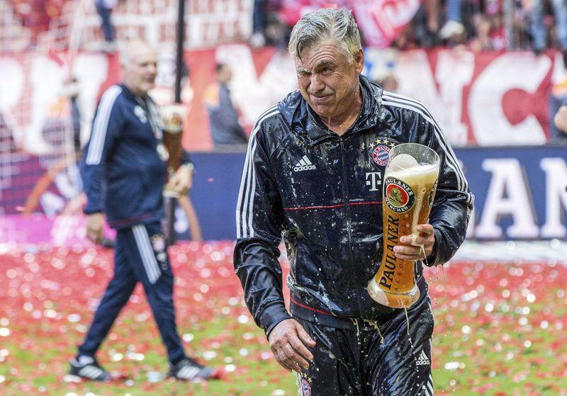 München, 2017. május 20.Sörrel locsolták le Carlo Ancelottit, a Bayern München vezetőedzőjét a Freiburg elleni utolsó bajnoki labdarúgó-mérkőzés után a müncheni Allianz Arénában 2017. május 20-án. A bajor csapat már a 31. fordulóban megvédte címét és története során 27. alkalommal nyerte meg a bajnokságot. (MTI/EPA/Christina Bruna)