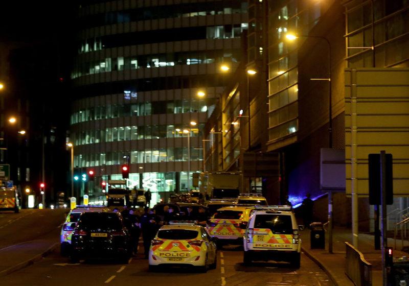 Manchester, 2017. május 23.Rendőrautók a Manchester Arena előtt 2017. május 23-án hajnalban, miután az este, Ariana Grande amerikai énekesnő koncertjének végén pokolgép robbant a manchesteri rendezvényközpont bejárati csarnokában. Tizenkilenc ember életét vesztette, mintegy ötven megsebesült. (MTI/EPA/Nigel Roddis)