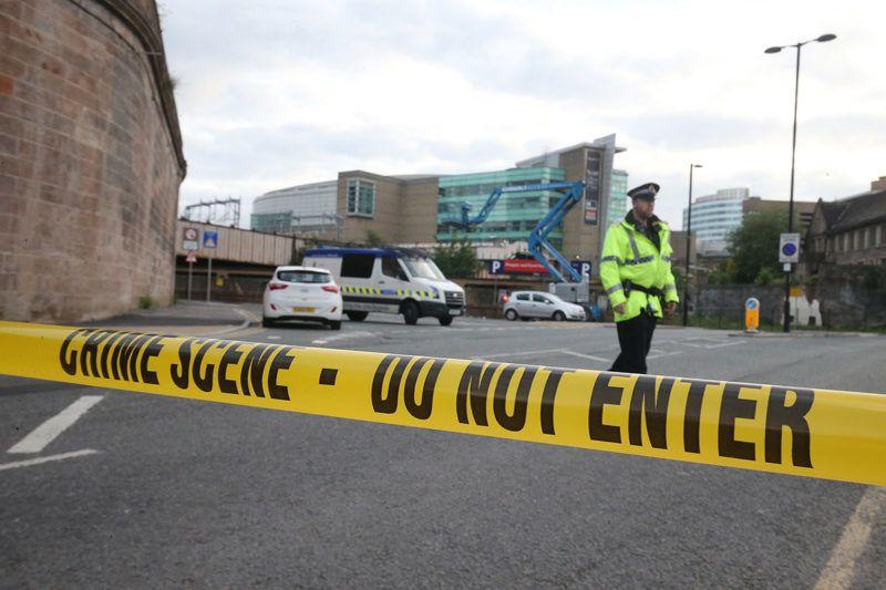 Manchester, 2017. május 23.Rendőr a Manchester Arena közelében 2017. május 23-án, miután az előző este, Ariana Grande amerikai énekesnő koncertjének végén öngyilkos merénylő pokolgépet robbantott a manchesteri rendezvényközpont bejárati csarnokában. Huszonkét ember életét vesztette, ötvenkilenc megsebesült. (MTI/EPA/Nigel Roddis)