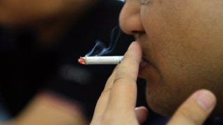 Hanoi, 2017. május 31. Egy vietnami férfi dohányzik egy vendéglõben, Hanoiban 2017. május 30-án, egy nappal a dohányzásmentes világnap elõtt. Az ENSZ Egészségügyi Világszervezete (WHO) 1986-ban nyilvánította május 31-ét dohányzásmentes nappá.  (MTI/EPA/Luong Thai Linh)