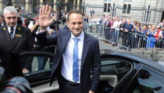 Dublin, 2017. június 14. Leo Varadkar új ír miniszterelnök integet a parlament épülete elõtt Dublinban 2017. június 14-én, hivatalba lépésenk napján. Az indiai bevándorló apától származó, homoszexualitását nyíltan vállaló 38 éves Varadkar az ország történelmének legfiatalabb kormányfõje. (MTI/EPA/Aidan Crawley)