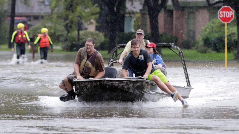 Houston, 2017. augusztus 29. Önkéntes tûzoltók csónakkal közlekednek a texasi Houston Klein nevû elõvárosában 2017. augusztus 28-án, három nappal azután, hogy a heves esõzéssel kísért Harvey hurrikán végigsöpört a texasi partvidéken. A trópusi viharrá szelídült hurrikán pusztításai nyomán Texas állam 62 megyéje vált katasztrófa sújtotta területté. (MTI/EPA/Michael Wyke)