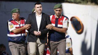 Mugla, 2017. október 4.  Katonák kísérik a 2016. júliusi törökországi puccskísérlet állítólagos résztvevõjét perének tárgyalására a délnyugat-törökországi Muglában 2017. október 4-én. Ezen a napon 47 vádlott közül négyszeresen súlyosbított életfogytiglani börtönbüntetést kapott 34 olyan katona, aki a vád szerint merényletre készült Recep Tayyip Erdogan török államfõ ellen. (MTI/EPA/Anadolu/Mustafa Ciftci)