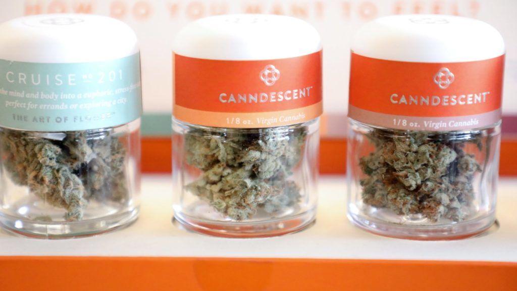 West Hollywood, 2018. január 3. Kannabisz tartalmú termékek a MedMen gyógyszertárban a kaliforniai West Hollywoodban 2018. január 2-án. Kaliforniában, az Egyesült Államok legnépesebb államában elõzõ nap lépett hatályba az a törvény, amelynek értelmében legálissá vált a marihuána forgalmazása és fogyasztása. (MTI/EPA/Eugene Garcia)