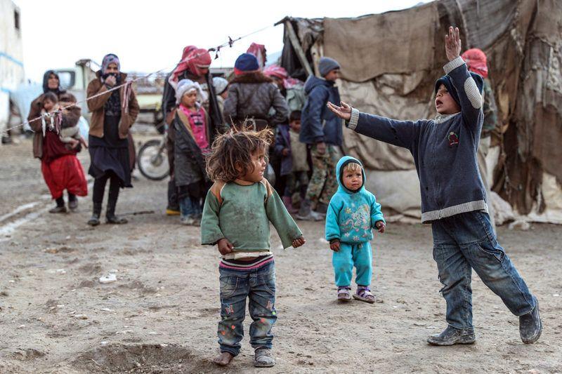 Al-Asári, 2018. január 19.A harcok elől családjukkal elmenekült szíriai gyerekek egy sátortáborban, a kelet-gútai Al-Asáriban 2018. január 18-án. A Damaszkuszhoz közeli kelet-gútai térséget a szíriai kormánnyal szövetséges erők sorozatos légicsapásai sújtják az év eleje óta. (MTI/EPA/Mohamed Badra)