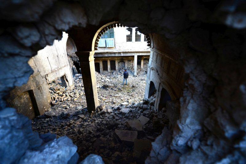 Moszul, 2018. február 3. Megrongálódott épületek romjai között áll egy férfi az észak-iraki Moszulban 2018. február 2-án. Az iraki hadsereg és az Egyesült Államok vezette nemzetközi koalíció több hónapos harcok árán 2017 decemberében visszafoglalta a nagyvárost az Iszlám Állam (IÁ) dzsihadista szervezet fegyvereseitõl. Az IÁ utolsó iraki erõdítménye 2014 júniusa óta volt a dzsihadisták kezén, a harcok miatt több mint egymillió ember menekült el Moszulból és térségébõl, a város visszafoglalása közben több ezren vesztették életüket. (MTI/EPA/Murtadzsa Latif)