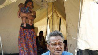 Ukhija, 2018. február 12. Mianmarból elmenekült rohingja muzulmán család tagjai egy kibõvített szükségtáborban a mianmari határ közelében fekvõ bangladesi Cox's Bazaar térségében, Ukhijában 2018. február 12-én. Hivatalos adatok szerint több mint egymillió rohingját regisztráltak a bangladesi hatóságok a Mianmarral határos térségben található menekülttáborokban. (MTI/EPA/Abir Abdullah)