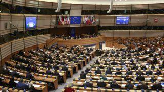 Brüsszel, 2018. március 1. Szavaznak az Európai Parlament plenáris ülésén Brüsszelben 2018. március 1-jén. A képviselõk állásfoglalást fogadtak el, amely üdvözli a lengyelországi jogállamiság rendszerszintû megsértésének kockázata miatt az Európai Bizottság által az európai uniós alapszerzõdés hetes cikke szerint megindított eljárást. (MTI/EPA/Olivier Hoslet)