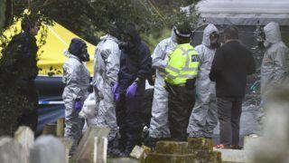 Salisbury, 2018. március 10. Bûnügyi szakértõk vizsgálódnak Szergej Szkripal korábbi orosz kettõs ügynök mérgezése ügyében a dél-angliai Salisbury temetõjében 2018. március 10-én, hat nappal az után, hogy eszméletlen állapotban találtak rá a brit külsõ hírszerzés, az MI6 66 éves volt ügynökére és 33 éves lányára, Julijára a városban. A volt kém és lánya életveszélyes, de stabil állapotban fekszik egy salisburyi kórházban, a brit hatóságok szerint nagyon ritka idegméreggel mérgezték meg õket. (MTI/EPA/Neil Hall)