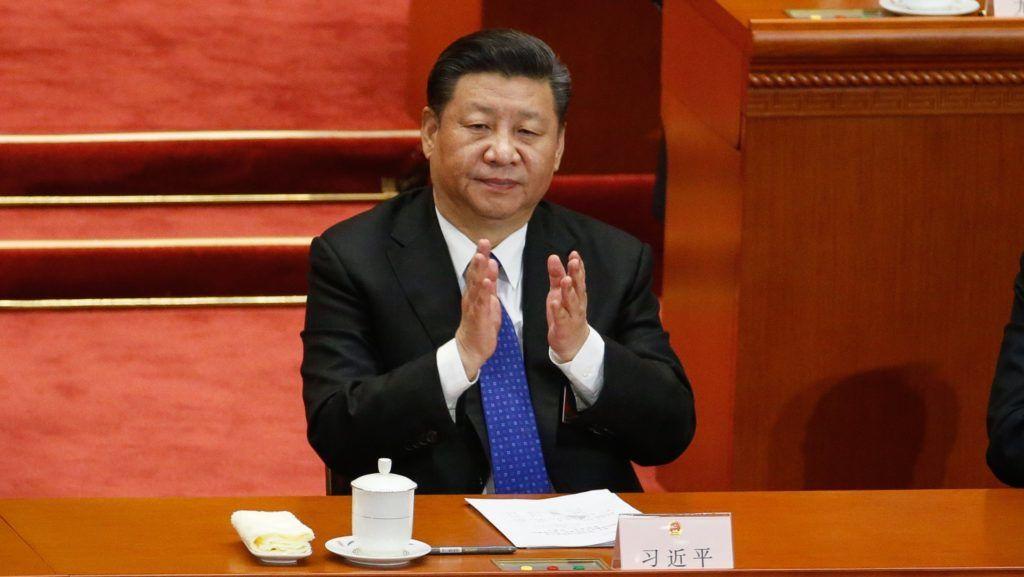 Peking, 2018. március 13. Hszi Csin-ping kínai elnök, a Kínai Kommunista Párt fõtitkára az Országos Népi Gyûlés, azaz a kínai parlament évenkénti ülésszakának negyedik plenáris ülésén a pekingi Nagy Népi Csarnokban 2018. március 13-án. (MTI/EPA/Roman Pilipej)
