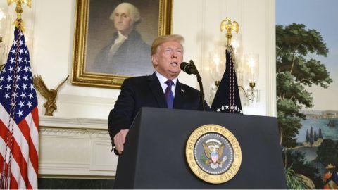 Washington, 2018. április 14.Donald Trump amerikai elnök 2018. április 13-án, a washingtoni Fehér Házban a nemzethez intézett nyilatkozatában bejelenti, hogy elrendelte a légicsapások megindítását Szíria ellen, válaszul az április 7-én a kelet-gútai Dúma városában elkövetett vegyifegyver-támadásra. A légicsapásokat az Egyesült Államok az Egyesült Királysággal és Franciaországgal együttműködve hajtotta végre szíriai feltételezett vegyifegyver-raktárak ellen. (MTI/EPApool/Mike Theiler)