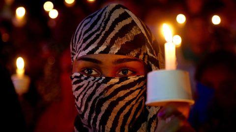 Bengaluru, 2018. április 18.Gyertyás virrasztáson vesz részt egy nő egy csoportos nemi erőszak és gyilkosság áldozatául esett nyolcéves indiai lány emlékére Bengaluruban (korábban Bangalor) 2018. áprlilis 17-én. A nomád törzsben élő lány 2018 januárjában halt erőszakos halált az észak-indiai Dzsammu állam Kathua körzetében. (MTI/EPA/Dzsagadis Nv)