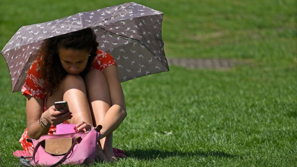 London, 2018. április 19. Esernyõvel védekezik a tûzõ nap ellen egy lány a londoni St. James parkban 2018. április 19-én. Londonban utoljára 1949-ben érte el a levegõ hõmérséklete a 28 Celsius-fokot áprilisban. (MTI/EPA/Neil Hall)