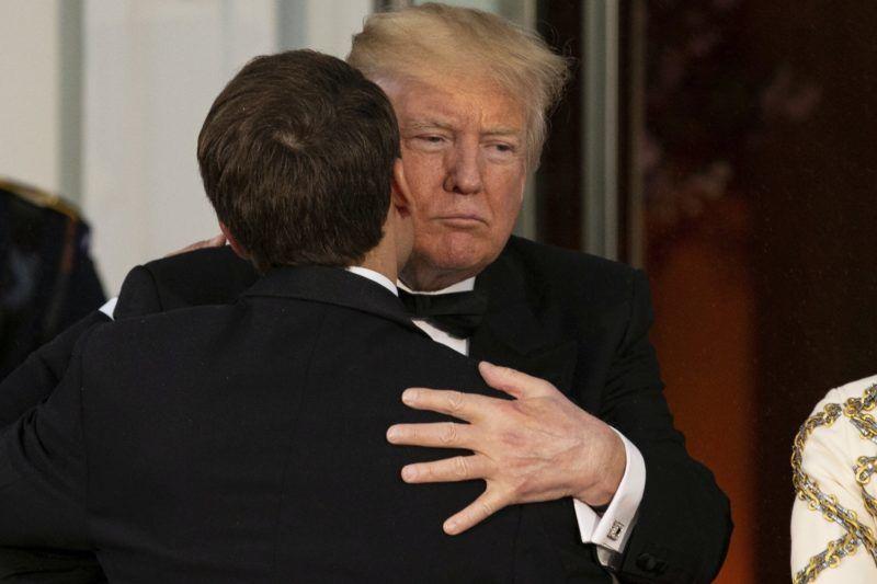 Washington, 2018. április 25. Donald Trump amerikai elnök (j) üdvözli Emmanuel Macron francia államfõt a francia elnöki pár tiszteletére adott díszvacsora kezdetén a washingtoni Fehér Házban 2018. április 24-én. Macron háromnapos hivatalos látogatáson tartózkodik az Egyesült Államokban. (MTI/EPApoolAlex Edelman)