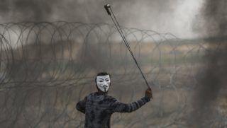 Gáza, 2018. április 28. Guy Fawkes- maszkot viselõ palesztin tüntetõ parittyából követ hajít az izraeli katonák felé a határon lévõ szögesdrótkerítés mellett Gáza városától keletre 2018. április 27-én. A Gázai övezetet uraló Hamász radikális iszlamista szervezet április eleji felhívására a palesztinok hat héten át tiltakoznak az izraeli blokád ellen, azt követelve, hogy visszatérhessenek földjeikre és otthonaikba, ahonnan a zsidó állam 1948-ban történt megalapításakor elûzték õket. A tüntetések kezdete óta a gázai határkerítésnél lezajlott erõszakos tüntetésekben 46 palesztin vesztette életét, és legalább hatezren megsebesültek, miközben izraeli részrõl nem érkezett hír áldozatokról. (MTI/EPA/Mohammed Szaber)