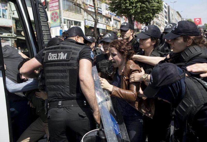 Isztambul, 2018. május 1. Török rendõrök és tüntetõk dulakodnak az isztambuli Taksim tér közelében 2018. május 1-jén. A feszültséget az váltotta ki, hogy a május 1-jei felvonulók az elõzetes tilalom ellenére is a kormányellenes tüntetésekrõl ismert Taksim térre akartak menni. (MTI/EPA/Sedat Suna)