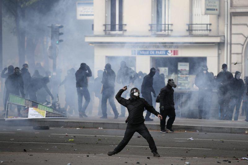 Párizs, 2018. május 1. Tüntetõk a rendõrökkel vívott összecsapás közben Párizsban 2018. május 1-jén. (MTI/EPA/Yoan Valat)