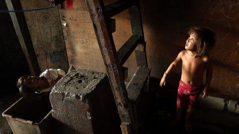 Manila, 2018. május 3.Fülöp-szigeteki gyerekek játszanak a főváros, Manila egyik szegénynegyedében 2018. május 3-án, az Ázsiai Fejlesztési Bank (ADB) igazgatótanácsa 51. alkalommal rendezett éves ülése idején. A 67 országban jelen levő, manilai székhelyű pénzintézet elsődleges működési területe Ázsia és a csendes-óceáni térség, ahol a gazdasági fejlődést kölcsönök útján segíti. (MTI/EPA/Francis R. Malasig)
