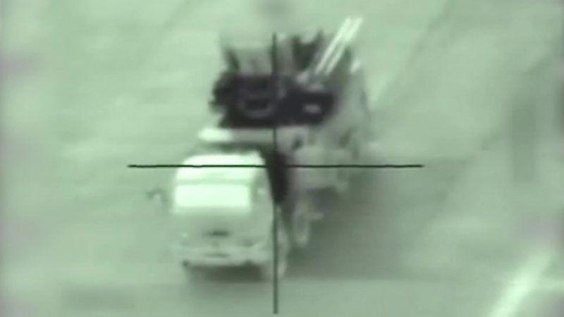 Szíria, 2018. május 11. Az Izraeli Védelmi Erõk által közreadott videóról készített felvételen feltételezett szíriai rakétavevõt vesz célba egy izraeli harci gép egy meg nem nevezett szíriai célpont elleni izraeli légicsapás közben, 2018. május 10-én. Izrael feltételezett iráni katonai célpontokra mért légicsapást Szíriában arra hivatkozva, hogy az iráni al-Kudsz Brigádok a megszállt Golán-fennsíkon lévõ izraeli hadállásokra lõtt ki rakétákat Szíriából. (MTI/EPA/Izraeli Védelmi Erõk)
