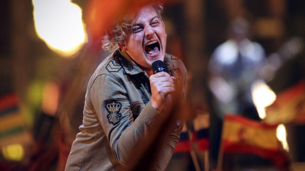Lisszabon, 2018. május 12. Siklósi Õrs, az AWS zenekar énekese elõadja a Viszlát nyár címû dalukat az Eurovíziós Dalfesztivál döntõjében Lisszabonban 2018. május 12-én. A nemzetközi döntõben 26 produkció verseng a gyõzelemért. (MTI/EPA/José Sena Goulao)