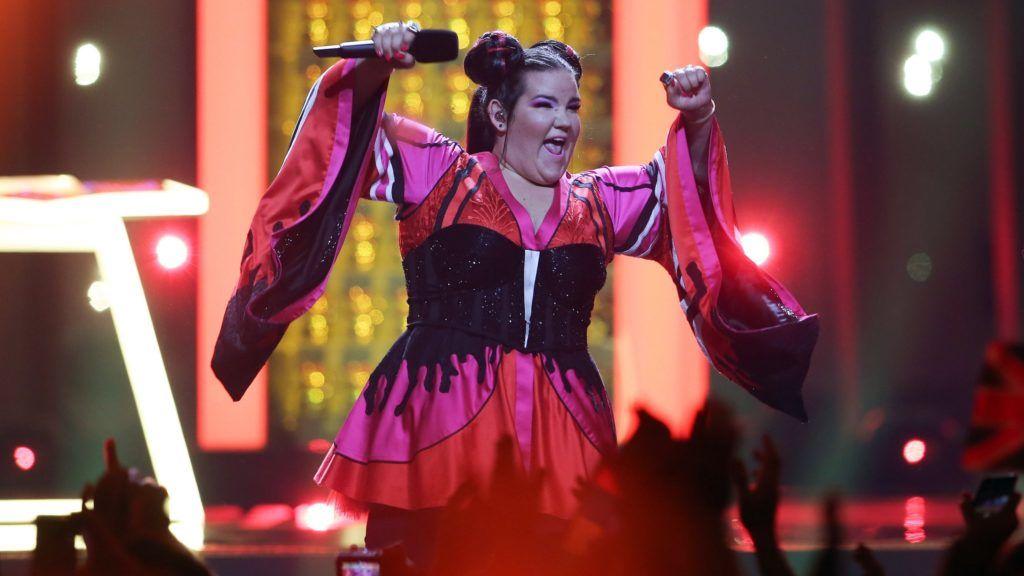 Lisszabon, 2018. május 13. Az izraeli Netta Barzilai elõadja Toy címû dalát a 63. Eurovíziós Dalfesztivál döntõjében a lisszaboni Altice Arénában 2018. május 12-én. Az idei versenyt  Barzilai nyerte. (MTI/EPA/José Sena Goulao)