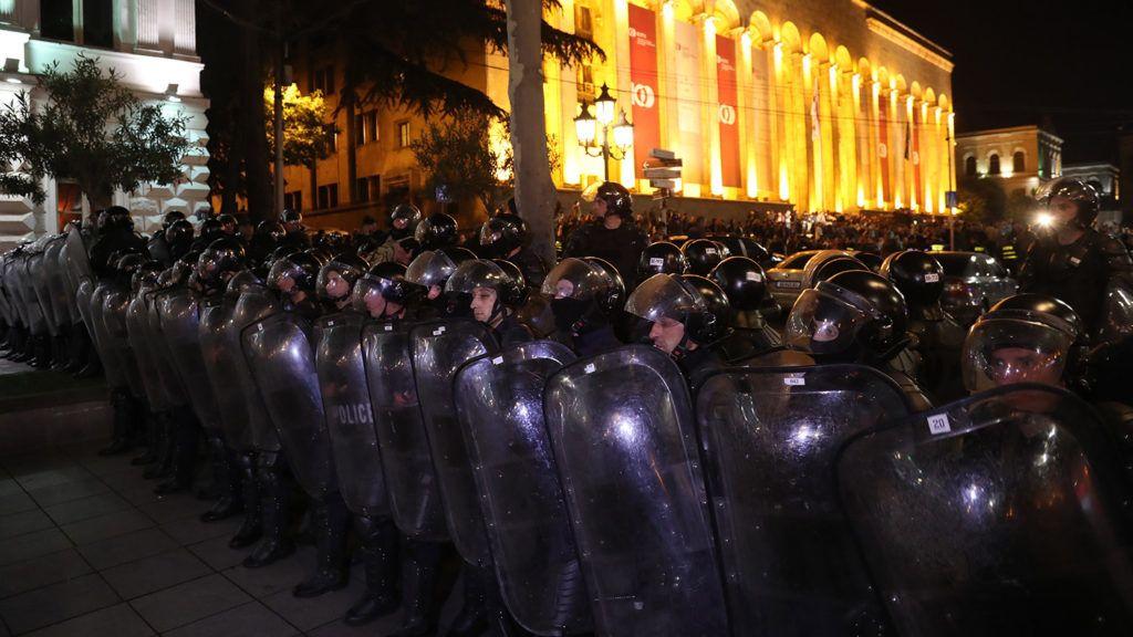 Tbiliszi, 2018. május 15.Rohamrendőrök sorfalat állnak a georgiai kormány drogpolitikája ellen és az amellett tüntető tiltakozók között a parlament közelében, Tbilisziben 2018. május 14-én. (MTI/EPA/Zurab Kurcikidze)