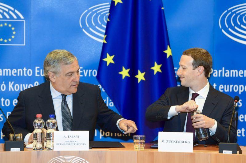 Brüsszel, 2018. május 22. Az Európai Parlament felvételén Mark Zuckerberg, a Facebook alapító-vezérigazgatója (j) és Antonio Tajani, az Európai Parlament elnöke a Facebook körül kirobbant botránnyal kapcsolatos meghallgatáson vesz részt az uniós intézmény brüsszeli épületében 2018. május 22-én. Az Európai Parlament frakcióvezetõi az ügyben hallgatják meg Zuckerberget, miként használhatott fel a Cambridge Analytica nevû brit-amerikai politikai elemzõ és tanácsadó cég több tízmillió Facebook-profilt a 2016-os amerikai elnökválasztási kampányban. (MTI/EPA/Európai Parlament)