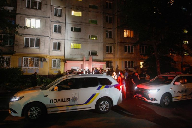 Kijev, 2018. május 30.Ukrán rend??rautók állnak Arkagyij Babcsenko orosz haditudósító kijevi otthonának bejárata el??tt 2018. május 29-én. Az orosz újságírót hátba l??tték, majd a ment??autóban életét vesztette. Babcsenko 2017 óta élt Ukrajnában, a Reuters brit hírügynökség közlése szerint a férfi azért hagyta el Oroszországot, mert féltette az életét.  (MTI/EPA/Sztepan Franko)
